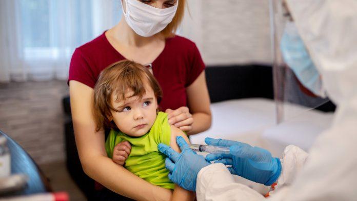 Niño vacunándose