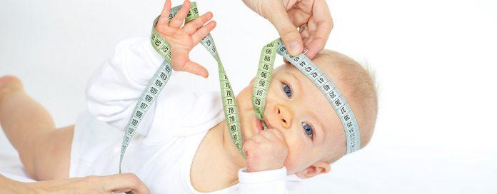 Persona midiendo talla de bebé
